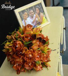 Buquê de rosas coffee break com detalhes em pérolas, feito pela equipe de decoração da Bridge Cerimonial