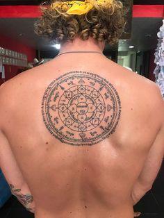 Sak Yant Thai tatuaje de Koh Tao Bamboo Tatuaje en Tailandia,Koh Tao,Artistas Nui Bambú,f. Yantra Tattoo, Shiva Tattoo, Black Tattoos, Cool Tattoos, Bamboo Tattoo, Thai Tattoo, Koh Tao, Compass Tattoo, Tattoo Inspiration