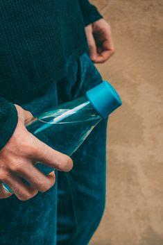 Se on kaunis, se on kevyt ja se on erittäin helposti personoitava lasinen juomapullo, jota tulet rakastamaan. Pullolla on elinikäinen takuu ja 5% koko tuotosta lahjoitetaan eteenpäin hyvää tekeville järjestöille.   Valmistamme ne tässä lähellä EU:n alueella ja toimitamme luoksesi nopeasti ilmastoystävällisellä kuljetuksella. Pullot tehdään kestävästä borosilikaattilasista, jota käytetään kestävyytensä ansiosta myös laboratorioissa eikä siitä irtoa makuja, kemikaalijäämiä tai mikromuoveja. Sustainable Design