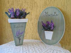 Kit Lavender II  Composto por:  1 - Vaso decorado com lavandas 1 - Quadro para Lavabo decorado com lavandas  Lindo para enfeitar aquele cantinho todo especial de sua casa. Ótima opção para presentear aquela pessoa querida !!! R$80,00