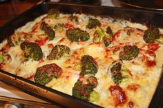 Chicken in the oven with cheese heavy cream onionpotatoesgarlicpepper and Broccoli Healthy Meatloaf, Feta Salat, Cooking Recipes, Healthy Recipes, Healthy Meals, Meal Prep Bowls, Recipe Images, Food Inspiration, Broccoli