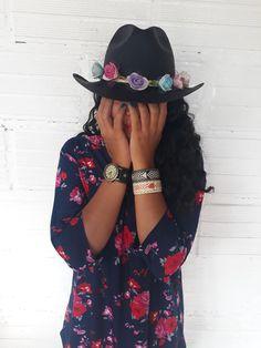 Sombrero negro de flores Cowboy Hats, Fashion, Black Hats, Tejidos, Flowers, Women, Moda, La Mode, Western Hats