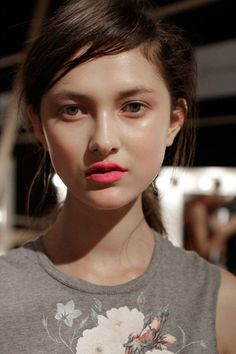 Love this dewy makeup look with pink lips and minimal eye makeup. All Things Beauty, Beauty Make Up, Hair Beauty, Fresh Makeup, Free People Blog, Dewy Skin, Spring Makeup, Pink Lips, Neon Lips