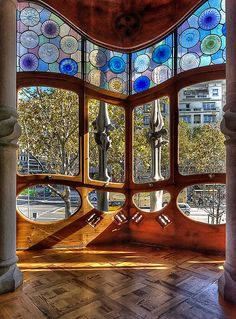 Casa Batlló by Gaudi. This dwelling he designed was like nothing else I have seen. Leaded Glass, Stained Glass Art, Stained Glass Windows, Mosaic Glass, Beautiful Architecture, Beautiful Buildings, Art And Architecture, Architecture Details, Casa Gaudi