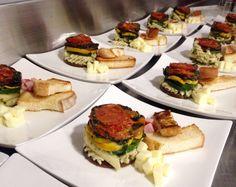 Ensalada de pasta fria (fusilli y penne) con tomates secos, berenjenas parrilladas y pesto de albahaca. Pan campesino de molde al horno.