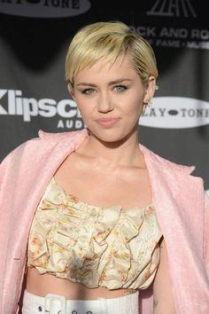 Miley Cyrus adore se teindre les cheveux, mais sa couleur naturelle est...