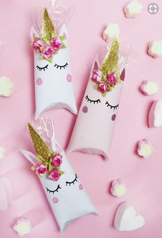 Einhorn Schachtel aus Klopapierrollen falten – DIY Geschenkverpackung Fold unicorn box out of toilet paper rolls – Fast DIY gift packaging! These boxes are really … Toilet Paper Roll Diy, Paper Roll Crafts, Diy Paper, Unicorn Christmas Ornament, Unicorn Ornaments, Christmas Ideas, Christmas Crafts, Diy Unicorn Party, Unicorn Crafts