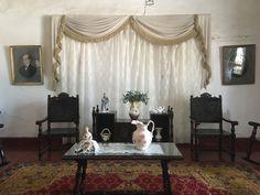 La cortina esta sobre la pared, para elegancia del salón.