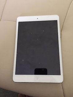 Apple iPad mini 1st Generation 16GB Wi-Fi 7.9in White - Bundle with Case