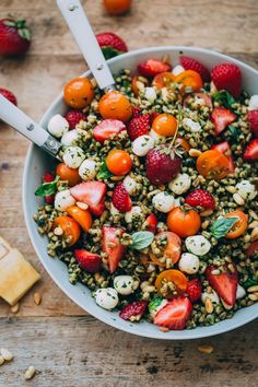 Hearty farro is tossed with homemade pesto, strawberries, tomatoes, and mozzarella cheese to create this beautiful summer grain salad. salad Strawberry Caprese Farro Salad - A Beautiful Plate Healthy Salad Recipes, Vegetarian Recipes, Healthy Drinks, Farro Recipes, Healthy Grilling, Avocado Recipes, Comidas Fitness, Grain Salad, Farro Grain