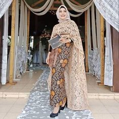 Siap Tampil Cantik dengan Inspirasi OOTD Kondangan Hijab Ini Kebaya Dress, Kebaya Brokat, Model Kebaya, Kebaya Muslim, Brocade Dresses, Abaya Fashion, Hijab Outfit, Beautiful Dresses, Evening Dresses