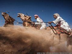 """3)A terceira colocada, """"Camel Ardah"""", de Ahmed Al Toqi, de Muscat, Omã, captura um forte momento durante uma tradicional corrida de camelo. (Foto: Ahmed Al Toqi/National Geographic Traveler Photo Contest)"""