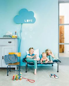 Make a fantastic DIY Cloud Lamp for your kid's room with this tutorial from 101 Woonideeën! Kids Decor, Diy Home Decor, Cloud Lamp, Diy Cloud, Room Deco, Cool Baby, Deco Kids, Deco Design, Kid Spaces