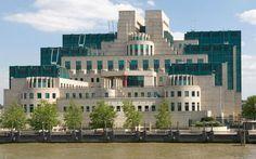 edificio sis en vauxhall, londres, también conocido como edificio mi6. es la sede de los servicios secretos de inteligencia británicos y fue diseñado por terry farrel en 1994