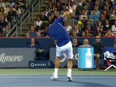 Djokovic leva bolada tênis (Foto: Reprodução SporTV)