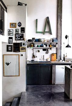love the letters, love the shelves, love the pictures on the wall, love the love... // #ilipi