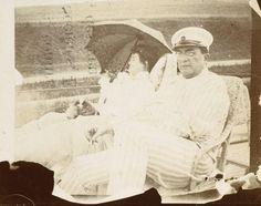 Photographie de Pierre Bonnard, Misia et Edwards assis sur le pont, 1906, musée d'Orsay