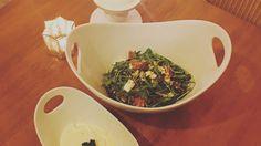 Rucola Salat mit karamellisierten Schwarzbrot