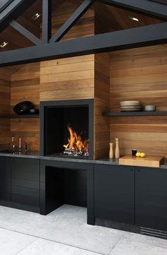 Une cuisine toute en contraste entre bois naturel et bois peint en noir pour une décoration unique. Le + : la cheminée en guise de four http://www.edifit.fr #DecorationMaison #DecorationInterieure
