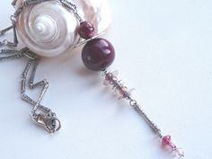 Sautoir pendentif polymère tons rouge grenat, bordeaux et suspension composée de perles métal et perles deverre : Pendentif par marienocreations
