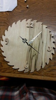 Saw Blade clock Modern Decorative Objects, Make A Clock, Circular Saw Blades, Wall Clock Design, Wood Clocks, Pallets, Wood Crafts, Wood Projects, Woodworking