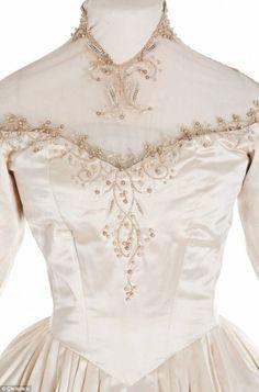 Первая из восьми (!) свадеб Элизабет Тейлор состоялась в 1950 году. 18-летняя невеста была одета в платье от Хелен Роуз — известного дизайнера костюмов кинокомпании MGM. Наряд был свадебным подарком от компании. Платье создавало 15 человек в течение 3 месяцев.