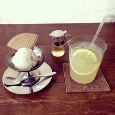 メイプル味のアイスクリームと、はちみつレモンスカッシュ☆アイスクリームの器が可愛いかった♡