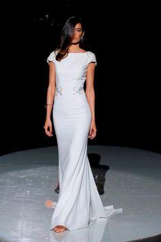 Cabotine. Credits_ Barcelona Bridal Fashion Week(3) Royal Wedding Outfits, Best Wedding Dresses, Bridal Dresses, Bridal Fashion Week 2017, White Evening Gowns, Iconic Dresses, Queen Dress, Marie, Ideias Fashion
