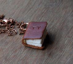Mittlere Buch Halskette: Braun Leder personalisierte von PegandAwl