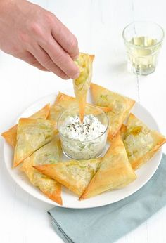 samosa with raita Samosas, Bhaji Recipe, India Food, Party Food And Drinks, Happy Foods, Savory Snacks, Iftar, Nutrition, High Tea