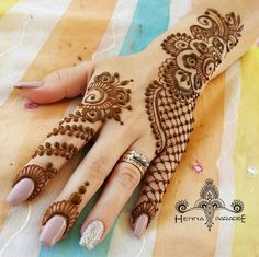 Simple Mehendi designs to kick start the ceremonial fun. If complex & elaborate henna patterns are a bit too much for you, then check out these simple Mehendi designs. Henna Hand Designs, Mehndi Designs Finger, Mehndi Designs 2018, Mehndi Designs For Beginners, Modern Mehndi Designs, Mehndi Designs For Girls, Mehndi Design Photos, Wedding Mehndi Designs, Mehndi Designs For Fingers