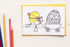 Es gibt ein gut gelauntes Küken, das sein wunderschönes Festtagsei schon eine Woche vor Ostern ganz stolz im Schubkarren präsentiert. Our Love, Stationery, Yellow, Paper, Illustration, Wheelbarrow, Colouring Pencils, Proud Of You, Easter Activities