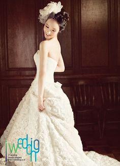 [아이웨딩] 웨딩 드레스 - 김영주 웨딩. '절제'의 아름다움. 심플한 선과 고급스러운 광택 소재 & 과장되거나 넘치지 않는 레이스의 아름다움과 우아함.
