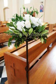 Caminitos de luz con flores blancas.... Un clásico que nunca pasa de moda.... Diseño Flores y Piedras. www.floresypiedras.cl