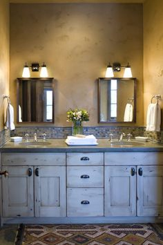 i dig the rustic cabinets - good hardware too