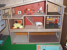 """Mørk Hanse, 1977 Den fremspringende balkon, kendes fra """"klassiske"""" Hanse og Lisa dukkehuse, var blevet indført af 1977. De balkon og landing rækværk er lavet af planker af bejdset træ. Denne tidlige version viser 1970'erne brug af mørkebrun som designer farve!"""