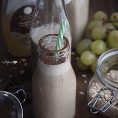 Los beneficios de las uvas para la salud son infinitos. Pequeños tesoros llenos de dulzura que hoy vamos a incorporar a nuestro batido pre-entreno. Ingredientes (para 2 batidos) -500ml de leche de arroz -1 dátil Medjoul -200g de uva verde sin semillas -1cs de copos de avena gruesos -1cs de sirope de vainilla francesa @alasature -1cs de mantequilla de anacardo -1cp de proteína de cáñamo  Preparación Mezclar todos los ingredientes en una batidora potente. Servir y espolvorear con cacao crudo…