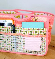 Sewing For Beginners Projects Handy Purse Organizer {free sewing pattern} — SewCanShe Sewing Hacks, Sewing Tutorials, Sewing Crafts, Sewing Tips, Sewing Ideas, Tutorial Sewing, Purse Tutorial, Quilting Tutorials, Sewing Basics