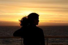 Jeune fille passagère ferry Spirit of Tasmania. Young woman front of the sun sailing on ferry Australia