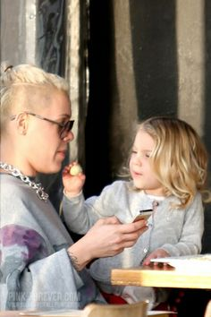 2014 ▬ Paparazzi > P!nk & Carey with Willow go for bike ride and stop at Venice Ale House for lunch - Venice [28.JAN]