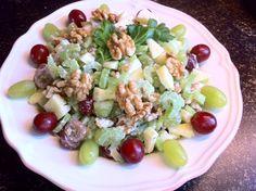 """Een eenvoudige, frisse, lekkere en gezonde salade. Slechts een kwestie van snijden, mengen, serveren en smullen. Benodigdheden: 250 gram rode en witte druiven ongezouten walnoten 2 appels Citroensap 4 """"stengels"""" bleekselderij Light mayonaise of yoghurtmayonaise Bereidingswijze: Begin met het snijden van de twee appels, snijd deze in kleine stukjes. Besprenkel de appelstukjes vervolgens met wat...Lees Meer »"""