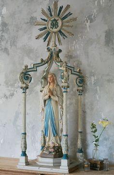 As fotos abaixo são para os que querem arrumar um altar em casa e não sabem como fazê-lo. A primeira coisa é que não há regras. Cada fi...
