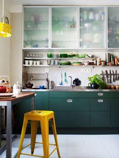 flat cabinets: kök-retro-måla-om-luckor-grönt-foto-Patric-Johansson