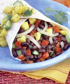 Estas tortillas mexicanas reemplazarán perfectamente un plato de fondo, ya que aportan proteínas (de los porotos) y carbohidratos. Te recomendamos acompañarlas de un abundante plato de verduras variadas. Ingredientes: 6 tortillas de maíz, tamaño regular 1 1/2 taza de porotos negros 1 taza de choclo 1 tomate pequeño 1/4 cebolla morada pequeña 1 Palta Cilantro picado 1 cda. jugo de Limón 1/2 cdta. Sal Opcional: 1 ají, salsa tipo tabasco Preparación: Cuece los porotos negros (puedes…