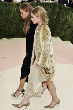 Mary-Kate and Ashley Olsen at the 2016 Met Gala. Mary Kate Olsen, Mary Kate Ashley, Elizabeth Olsen, Ashley Olsen Style, Olsen Twins Style, Olsen Fashion, Fashion Outfits, Olsen Sister, Bell Bottom Pants