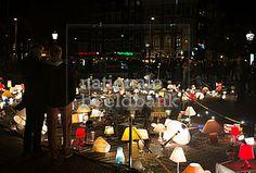 bezoekers kijken naar het kunstproject we light amsterdam