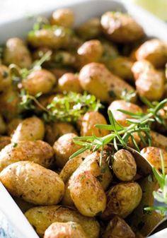 Servér dagens menu med nyt tilbehør i form af ovnbagte kartofler med friske urter. Vi deler opskriften her!