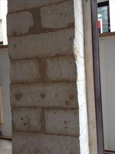 Remise en état des piliers en pierre, auparavant plaqué de contreplaqué et enduit de revêtement pailleté .....