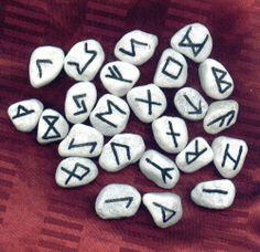 Edles Naturstein-Runen-Set mit Energie aus dem Meer mit schwarzen Schriftzeichen