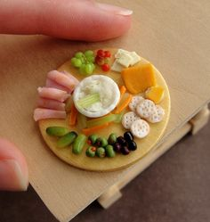 super ideas for appetizers mini tiny food Polymer Clay Miniatures, Polymer Clay Creations, Polymer Clay Crafts, Dollhouse Miniatures, Miniature Crafts, Miniature Food, Miniature Dolls, Barbie Food, Doll Food